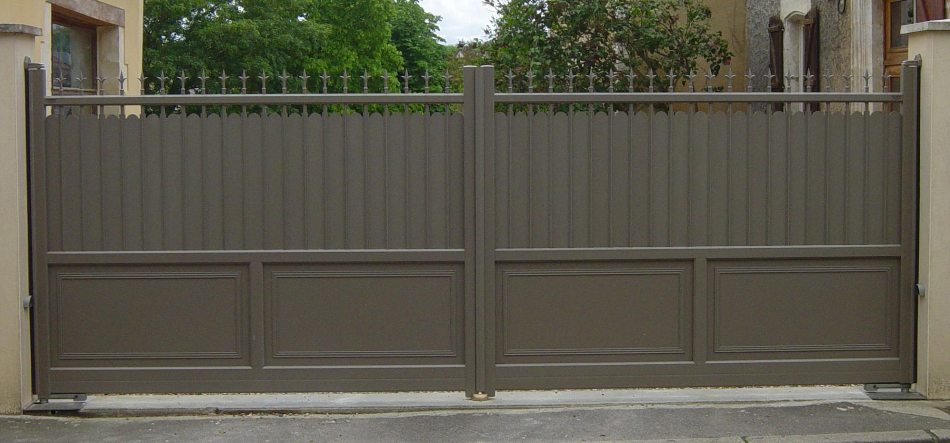 Portail aluminium ferronnerie et contemporain pierralu for Portillon bois plein